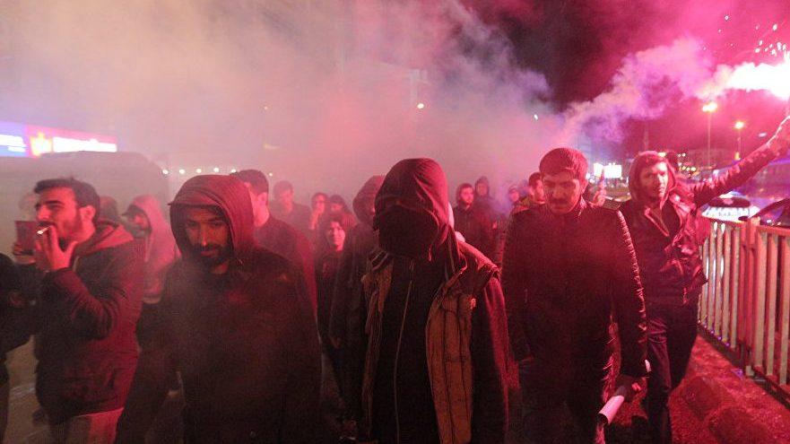 Тысячи протестующих против результатов референдума вышли на улицы Стамбула