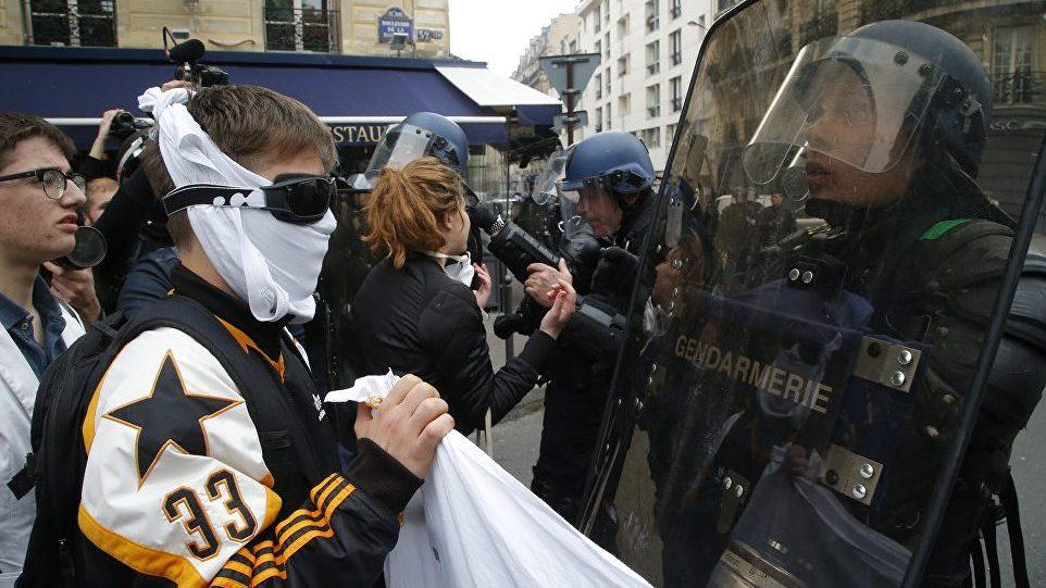В Париже студенты и преподаватели выступили против Макрона и Ле Пен