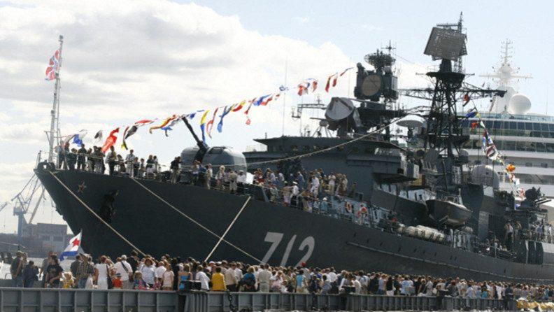 на военно-морском салоне в Санкт-Петербурге