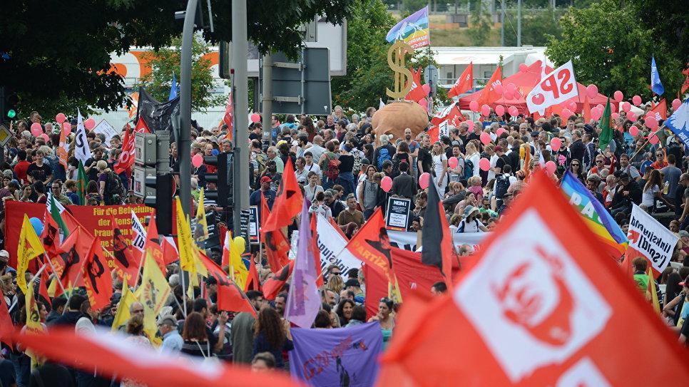 мирных демонстрантов