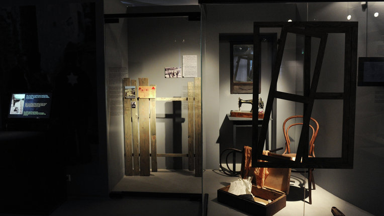 украла из музея Освенцима