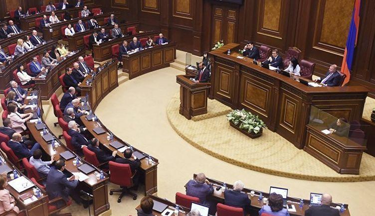 распустил парламент