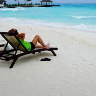 ногу на пляже