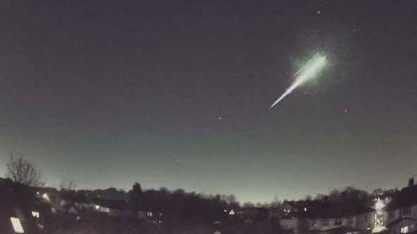 падение метеорита в небе над северной Европой и Великобританиейитанией