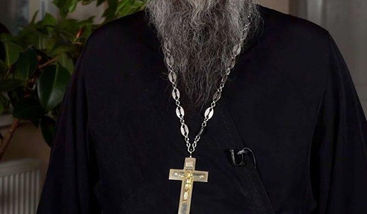 В Афинах на суде священник облил кислотой митрополитов