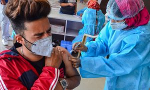 Американский врач указывает на опасность вакцины Pfizer