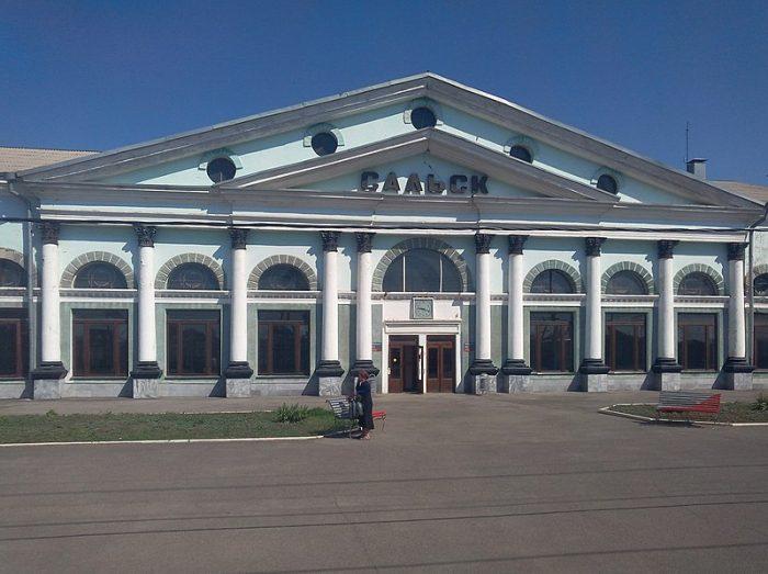 Город Сальск расположен к Юго-Востоку от города